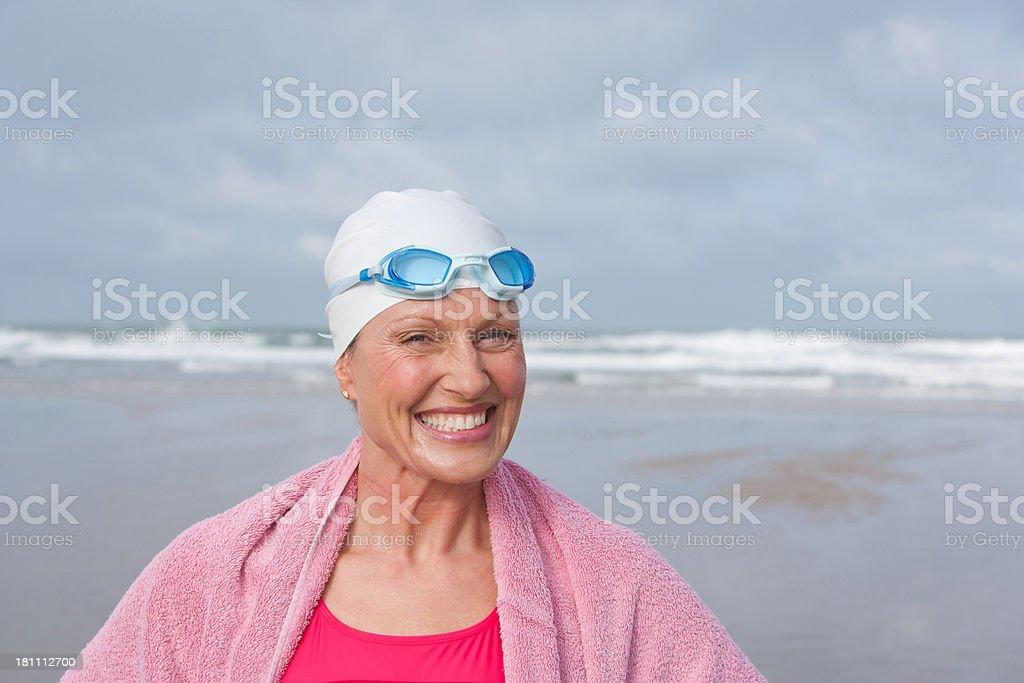 Frau am Strand in ein Handtuch gewickelt – Foto