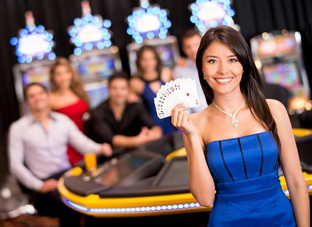 frau im casino - geld schön verpacken stock-fotos und bilder