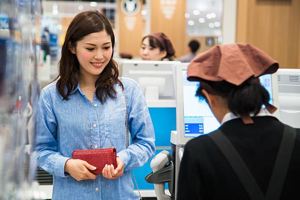 女性のチェックアウト延期には、スーパーマーケット - スーパーマーケット 日本 ストックフォトと画像