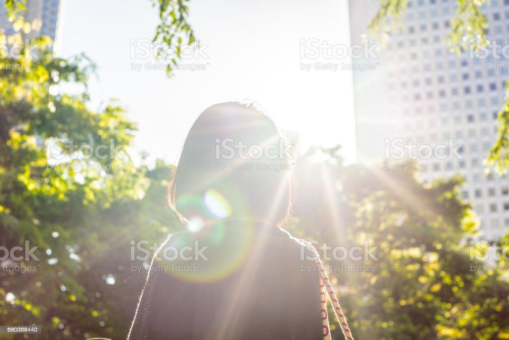 Mujer en la ciudad foto de stock libre de derechos