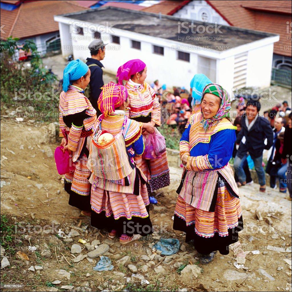 Mujer en la feria en vestido tradicional foto de stock libre de derechos
