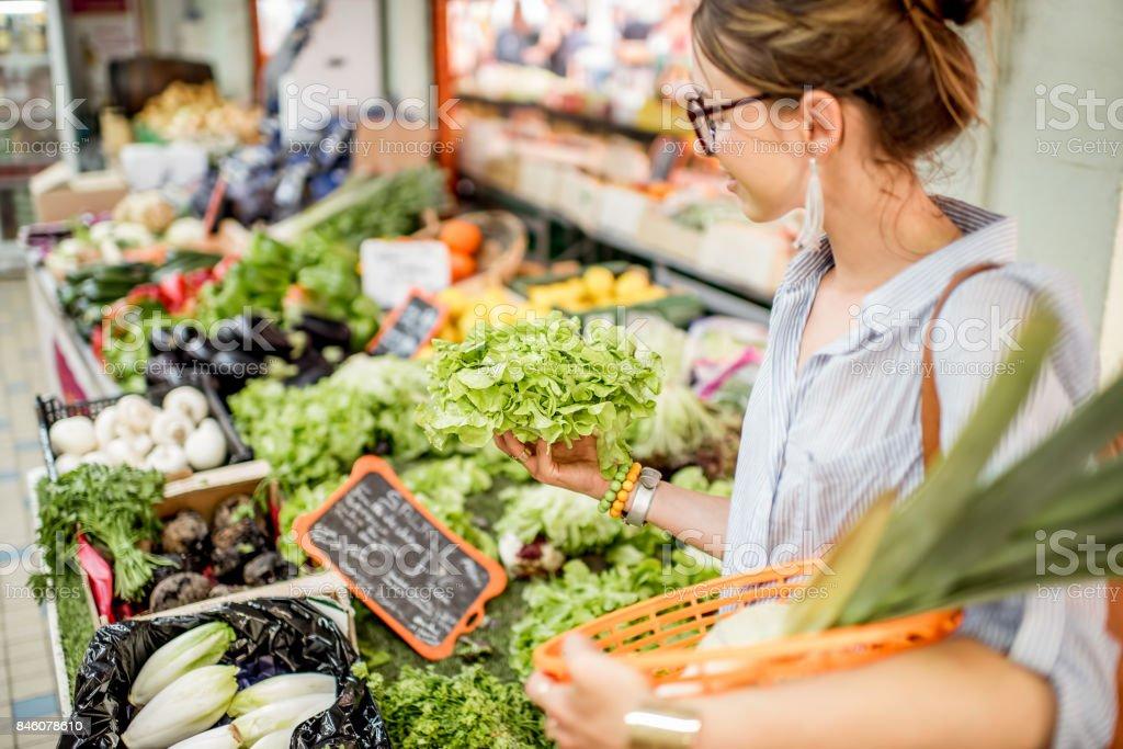 Mujer en el mercado de alimentos - foto de stock