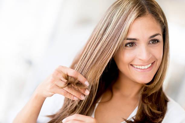 woman at the hair salon - gekleurd haar stockfoto's en -beelden