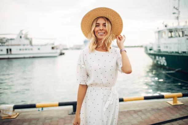 mujer en la marina - moda de verano fotografías e imágenes de stock