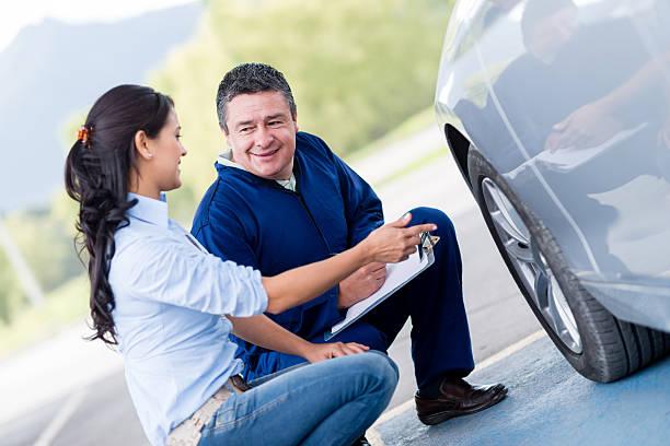 frau an der mechaniker - checking stock-fotos und bilder