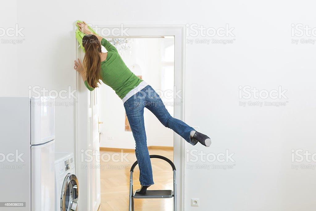 Frau im Frühling Reinigung, die gefährliche – Foto