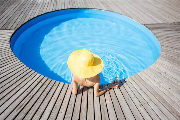 frau am swimmingpool - pool rund stock-fotos und bilder
