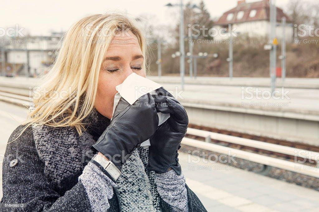 Frau am Bahnhof einen kalten – Foto