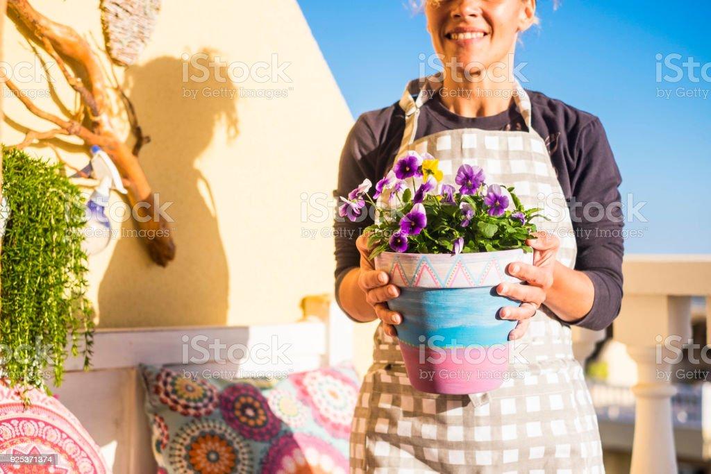 Mujer En El Trabajo Con Las Plantas En La Terraza En Casa
