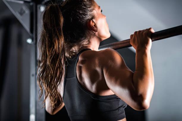 Sportlerin macht Pull ups – Foto