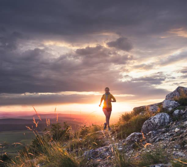 kvinna idrottsman kör i naturen - jogging hill bildbanksfoton och bilder