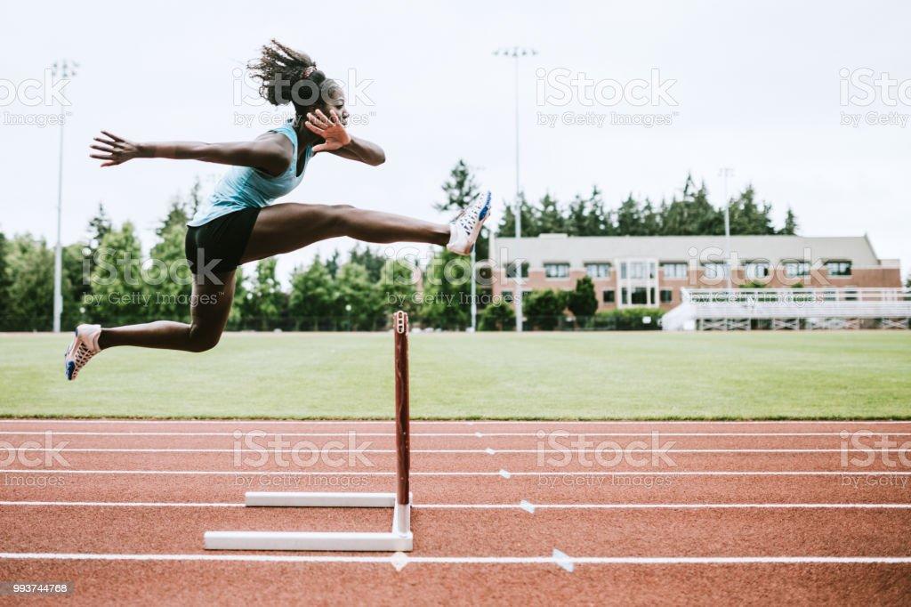 Mujer deportista corre vallas para atletismo - foto de stock