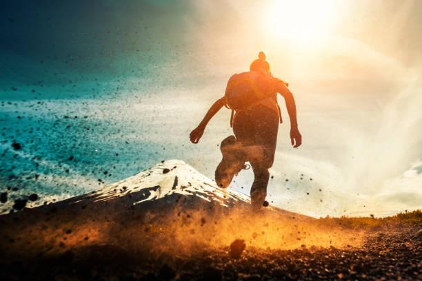 atleta mujer funciona - trail running fotografías e imágenes de stock