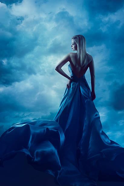 frau rücken porträt, abendkleid, lady abendkleid aus seide, tuch flying - abendkleid lang blau stock-fotos und bilder