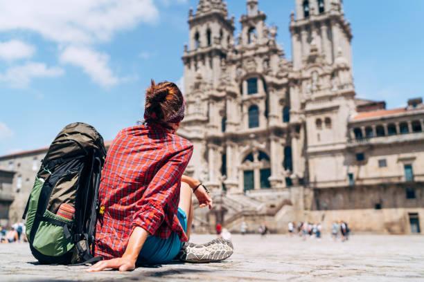 Frau Backpacker piligrim sitzen auf dem Obradeiro Platz (Plaza) in Santiago de Compostela – Foto