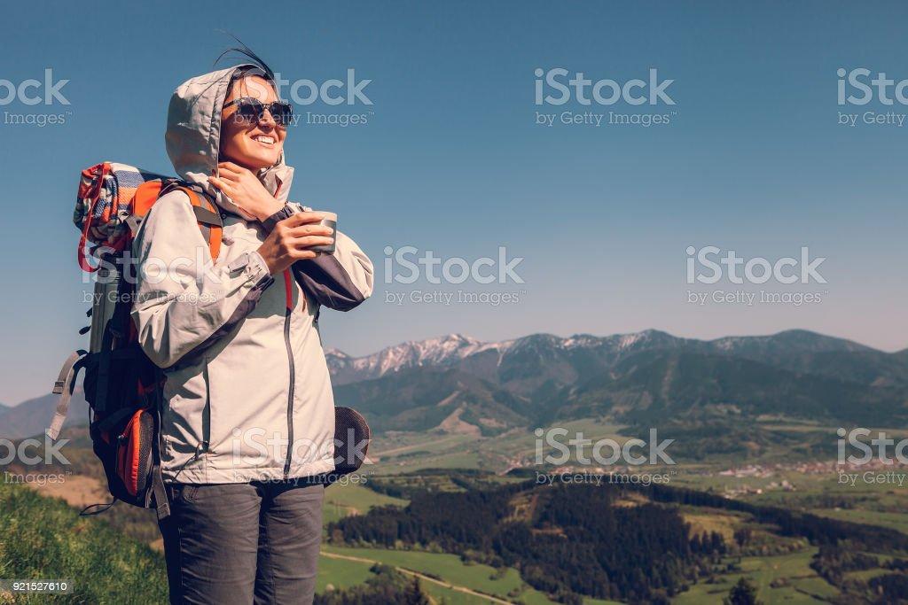 Frau Backpacker Reisenden auf Berg – Foto