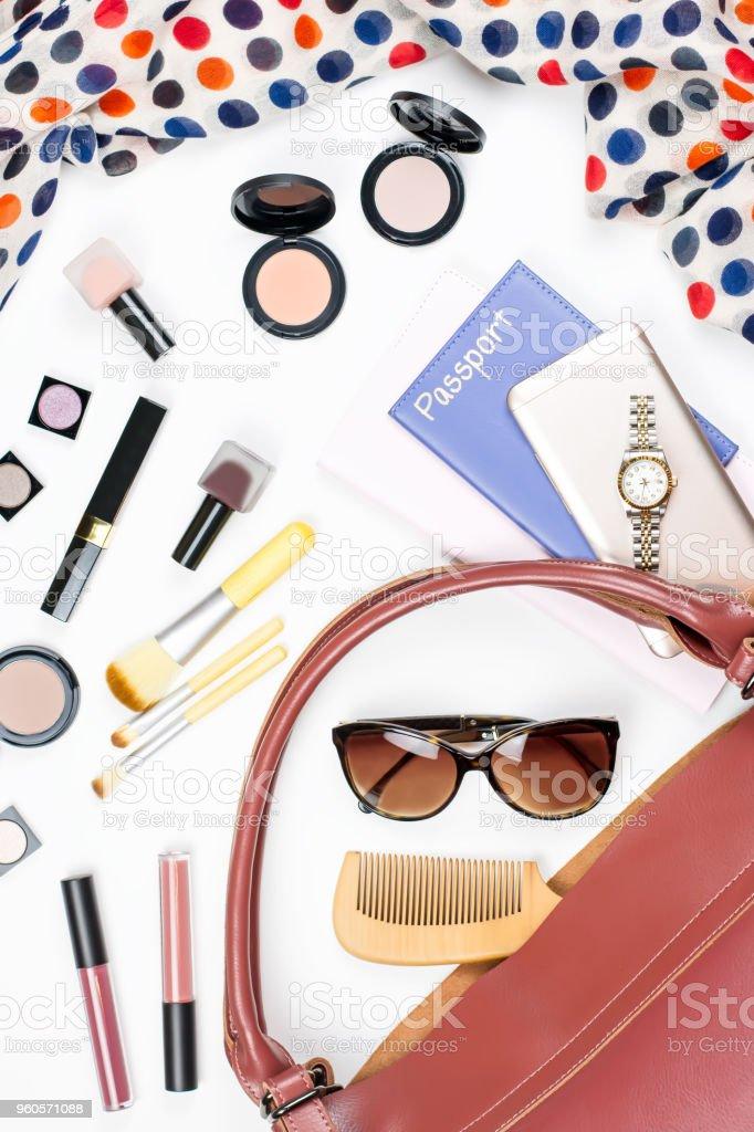 Trucs de sac femme plat poser. Accessoires de beauté, passeport, sac à main, lunettes de soleil, concept de voyage. - Photo de Accessoire libre de droits