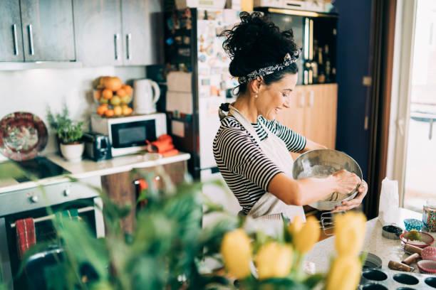 muffin da forno donna - cucinare foto e immagini stock