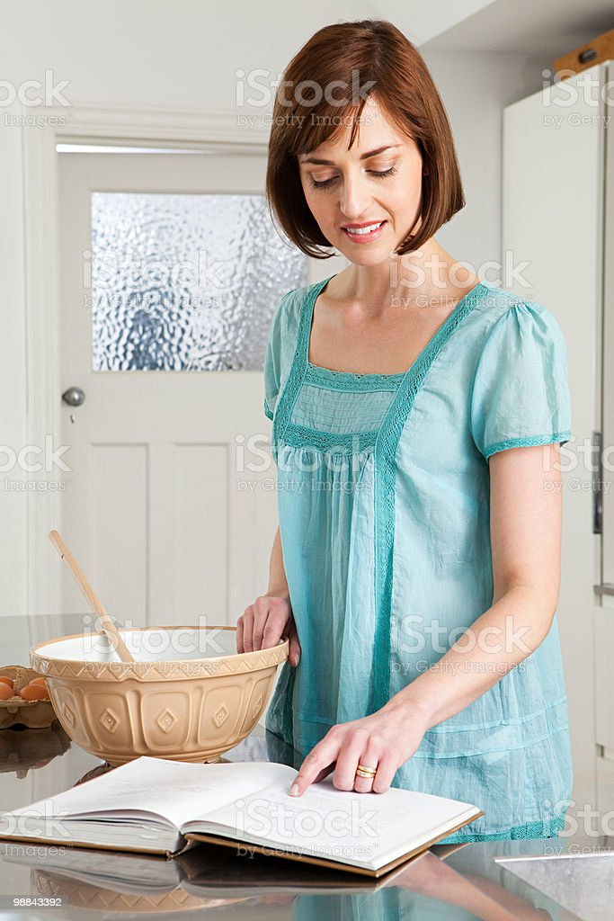 Woman baking royalty free stockfoto