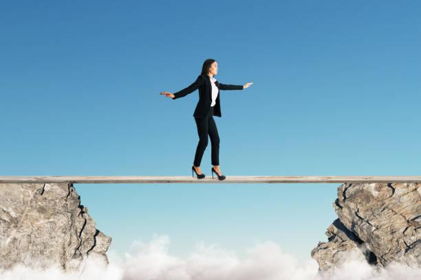 Frau balanciert zwischen Klippen – Foto