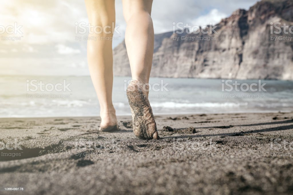 Frau barfuss laufen am Strand, Sommer inspiration – Foto
