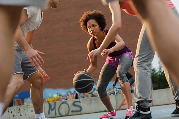 Frau Basketball-Spieler Dribbeln Ball – Foto