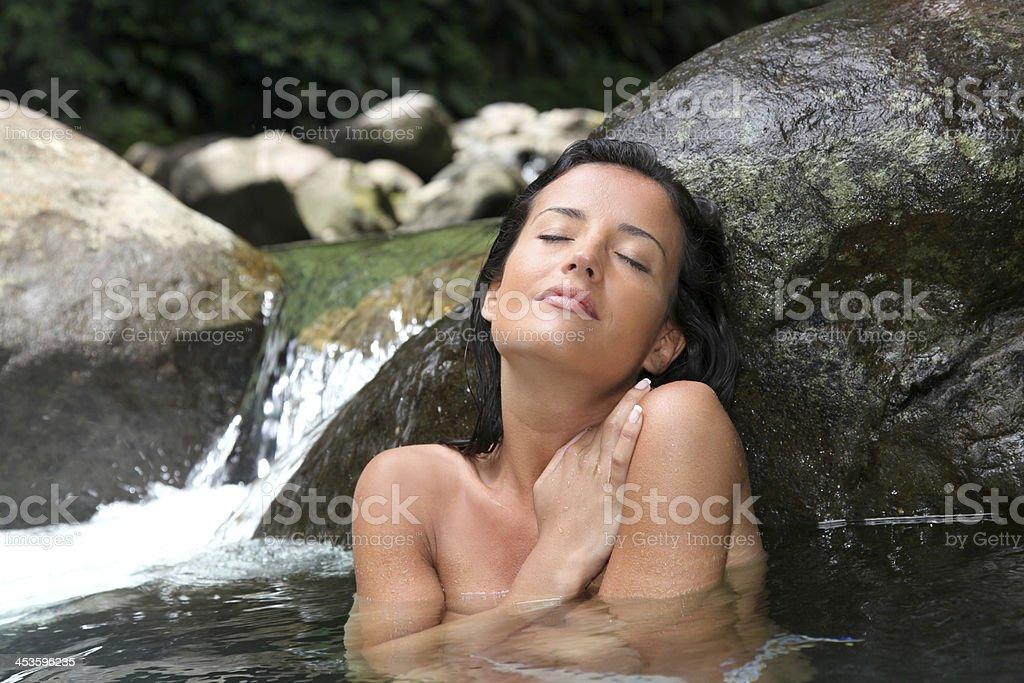 Nackte Frauen, die im Fluss baden