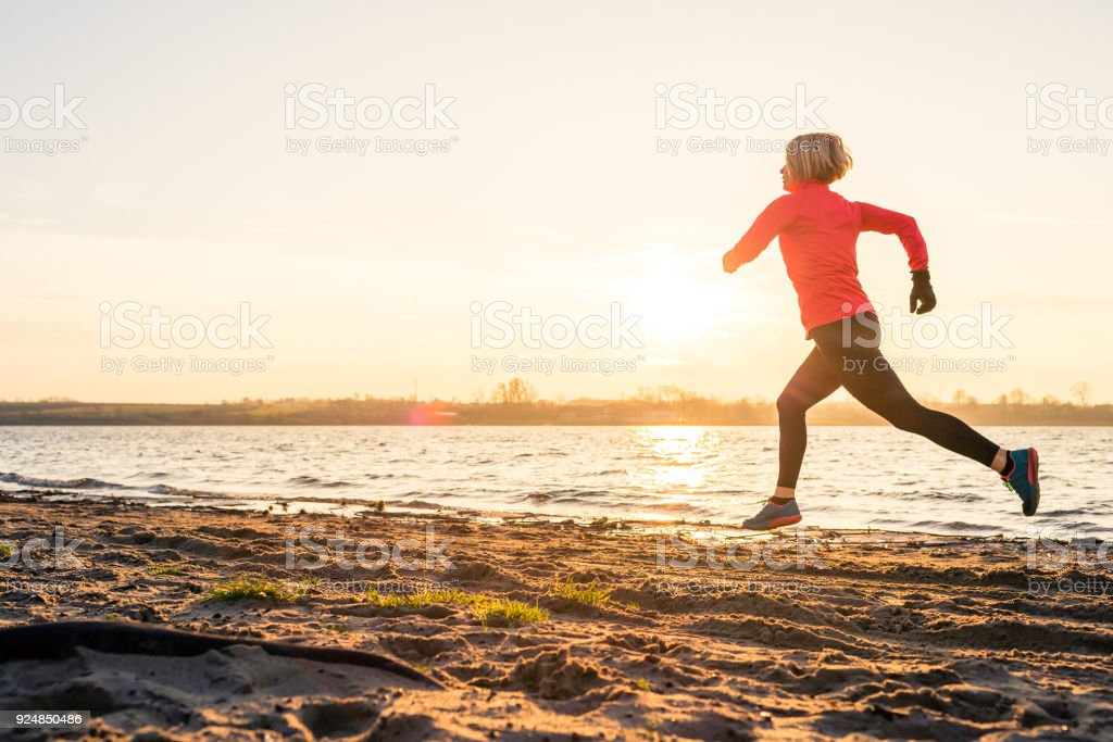 Frau Strand bei Sonnenaufgang, See Küste – Foto