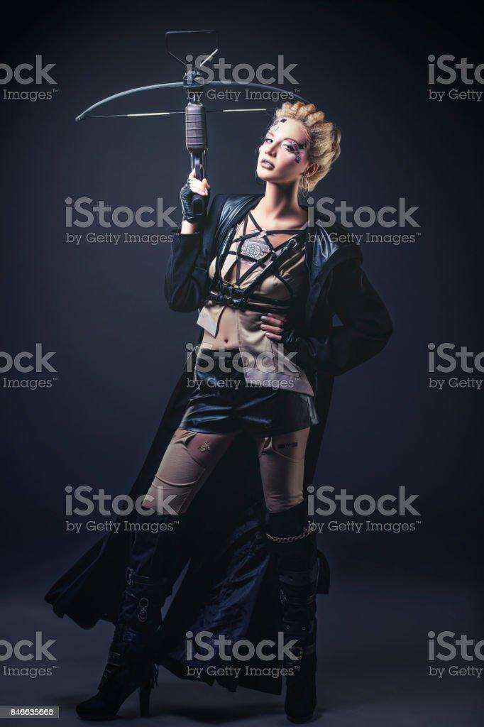 Femme belle modèle avec art corporel de vêtements inhabituels et à la mode en Studio - Photo