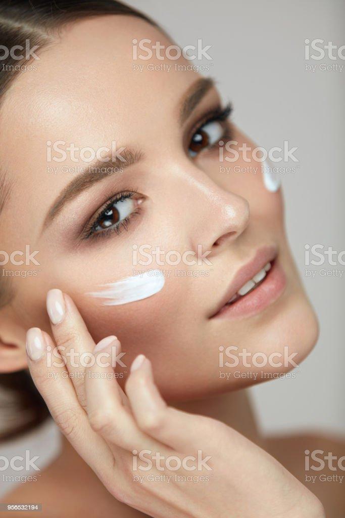 Frau Gesicht Schönheitspflege. Porträt der Frau mit Gesichtscreme - Lizenzfrei Attraktive Frau Stock-Foto
