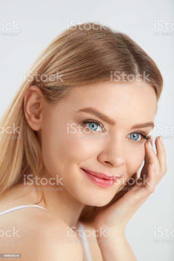 Mädchen sitzendes Gesicht Schwarzes Hintergrundbilder :