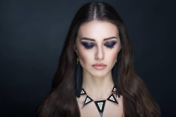 frau schönheit make-up - vogue muster stock-fotos und bilder