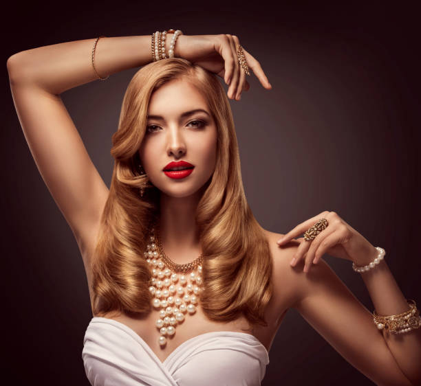 woman beauty portrait, fashion model posiert schmuck halskette armband, elegante lady make-up - armband vintage stock-fotos und bilder