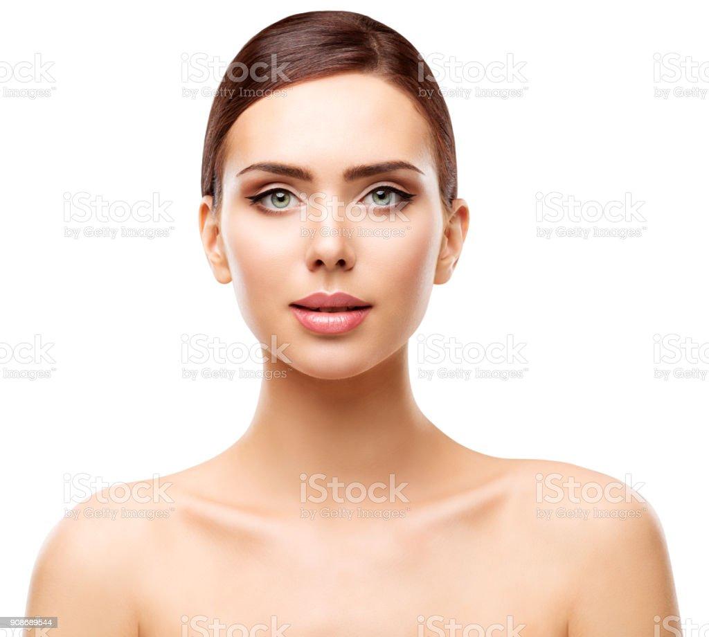 Portrait de beauté femme, naturelle lèvres yeux maquillage et visage soins de la peau, blanc isolé - Photo