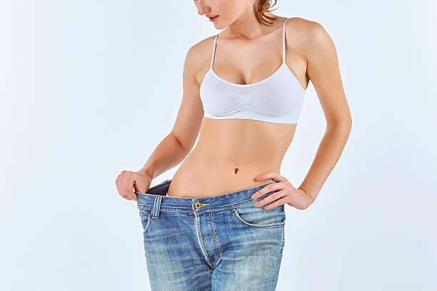 frau wurde dünn und in alten jeans - damen sporthose übergröße stock-fotos und bilder