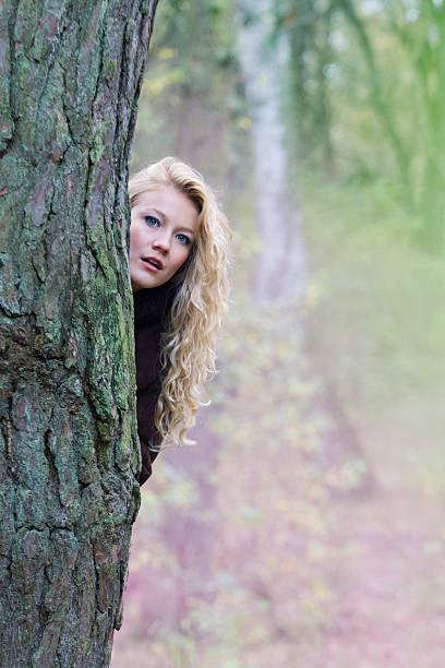 Kobieta z drzewa – zdjęcie