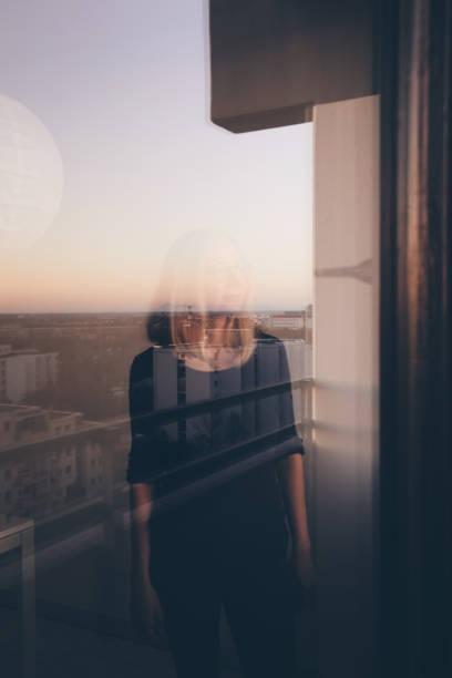 Frau Hinter dem Fenster – Foto