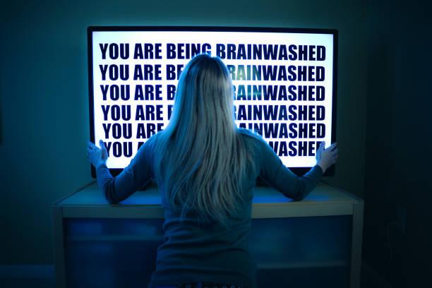 woman being brainwashed by television - seitas imagens e fotografias de stock
