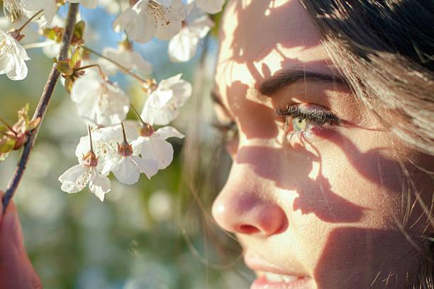 Die verspielte Frau mit Blume – Foto