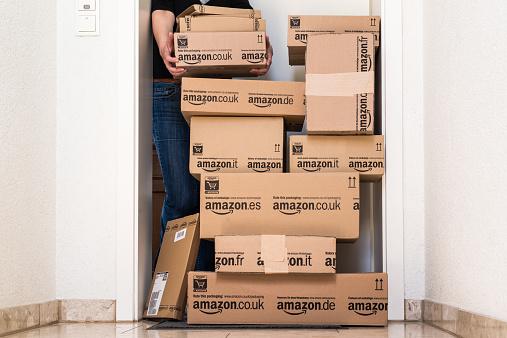 Mujer Está Afectado Por Amazoncom De Entrega Foto de stock y más banco de imágenes de 2015
