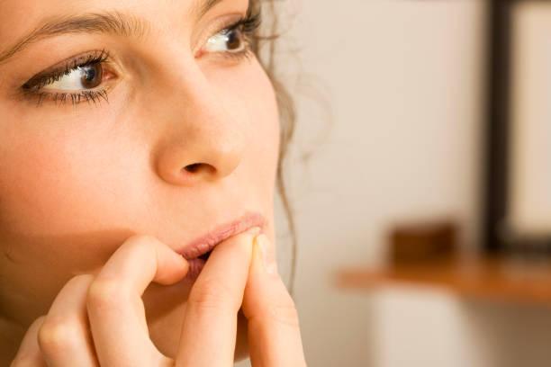 Frau beißen Nägel – Foto
