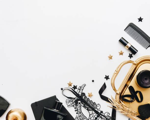 frau schwarz mode-accessoires, goldenen verzierungen und schwarzer spitze maske. flach legen, top aussicht - dresses online shop stock-fotos und bilder