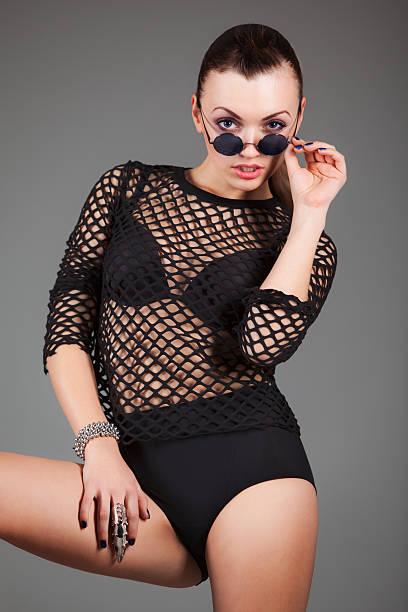 sexy frau in schwarzer kleidung - haarschnitt rundes gesicht stock-fotos und bilder