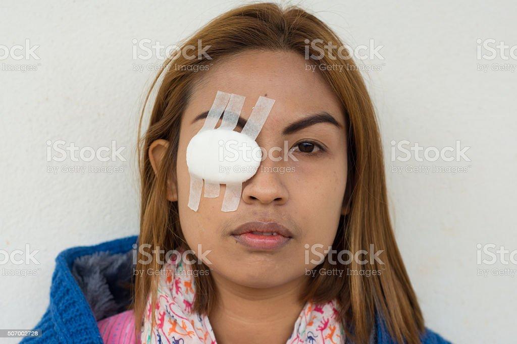 Frau mit verbundenen Augen mit Augen-pad – Foto
