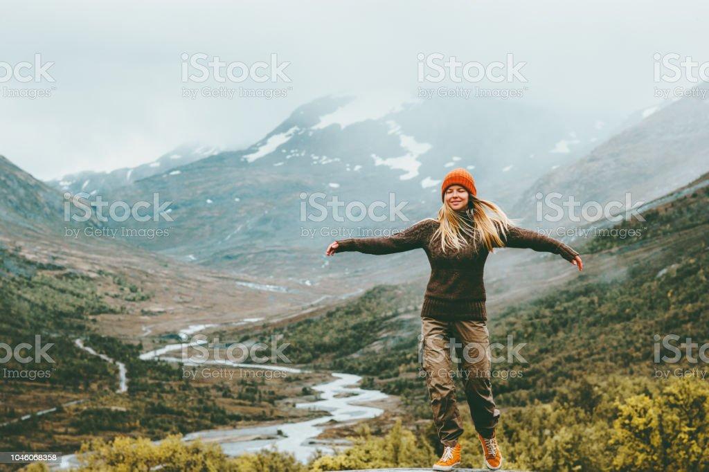 Vrouw bliss emotionele verhoogd handen mistige bergen op de achtergrond reizen levensstijl wellness-concept avontuur vakanties buiten harmonie met de natuurpark van de Jotunheimen in Noorwegen - Royalty-free Actieve levenswijze Stockfoto