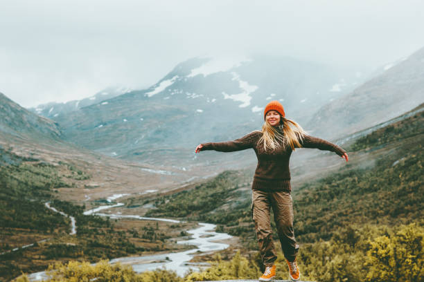 Frau Glückseligkeit emotional angesprochen Hände nebligen Bergen im Hintergrund Reisen Lifestyle Wellness Konzept Abenteuer Urlaub im freien-Harmonie mit Naturpark Jotunheimen in Norwegen – Foto
