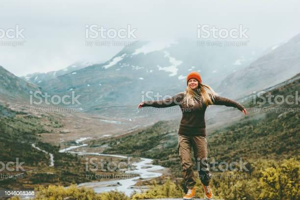 Vrouw Bliss Emotionele Verhoogd Handen Mistige Bergen Op De Achtergrond Reizen Levensstijl Wellnessconcept Avontuur Vakanties Buiten Harmonie Met De Natuurpark Van De Jotunheimen In Noorwegen Stockfoto en meer beelden van Actieve levenswijze