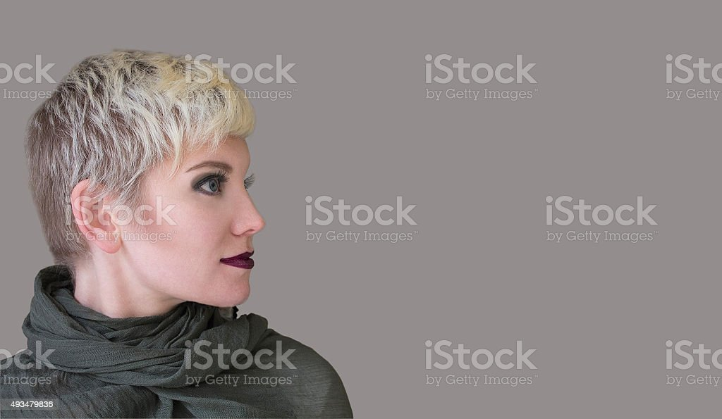 Donna Biondo Nuovo Taglio Di Capelli Di Moda Acconciatura Makeup In ... d3f02e089925