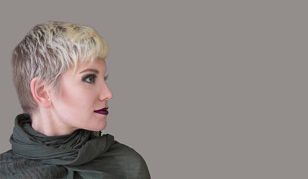 frau blond. mode frisur, frisur und make-up auf grauem khaki farben. - kurzhaarfrisuren mit pony stock-fotos und bilder