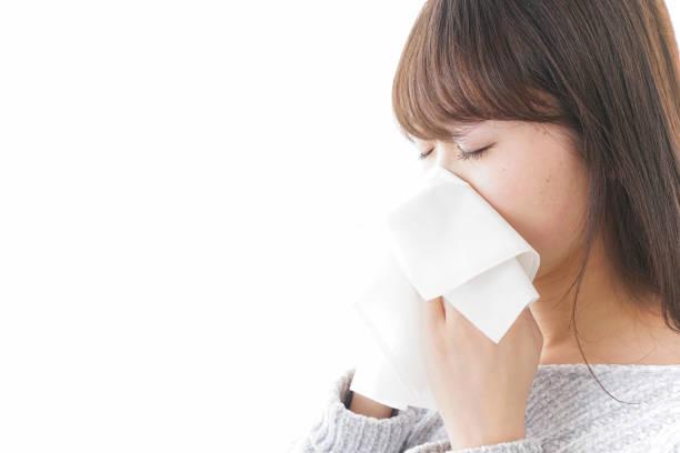 女性彼女の鼻をかむ  - くしゃみ 日本人 ストックフォトと画像